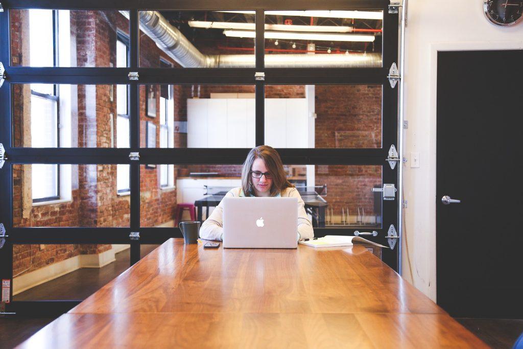 Inbound Marketing funciona para qualquer empresa? Mulher trabalhando