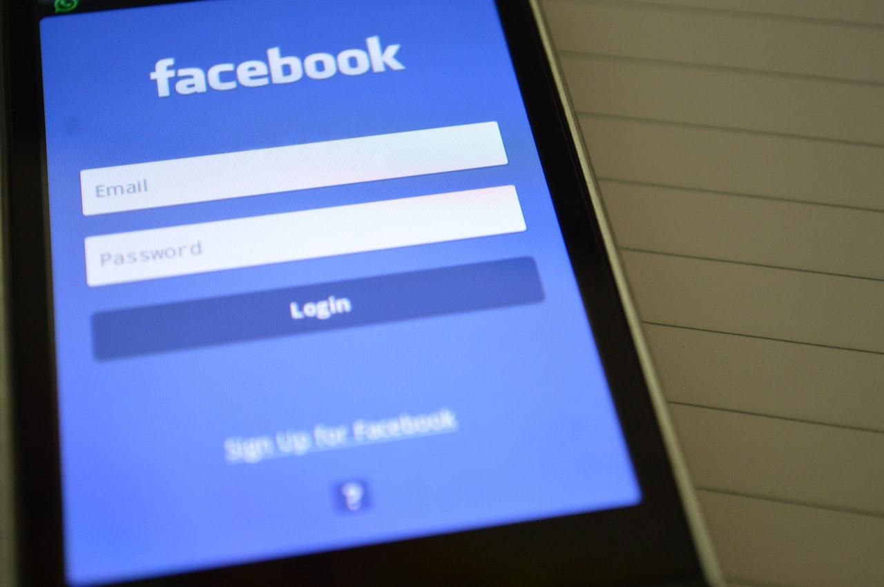 smartphone acessando facebook