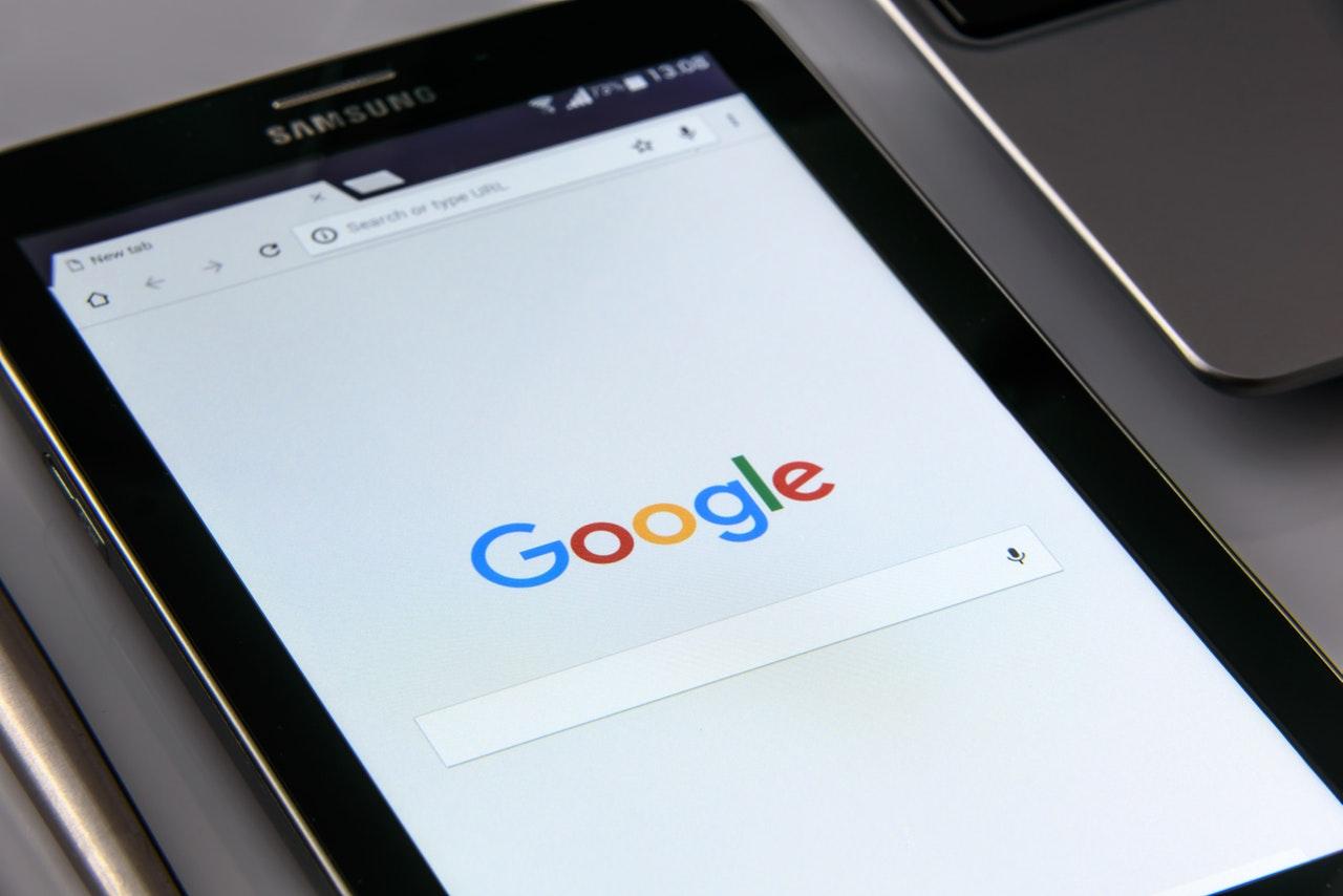 Tablet aberto na página do Google