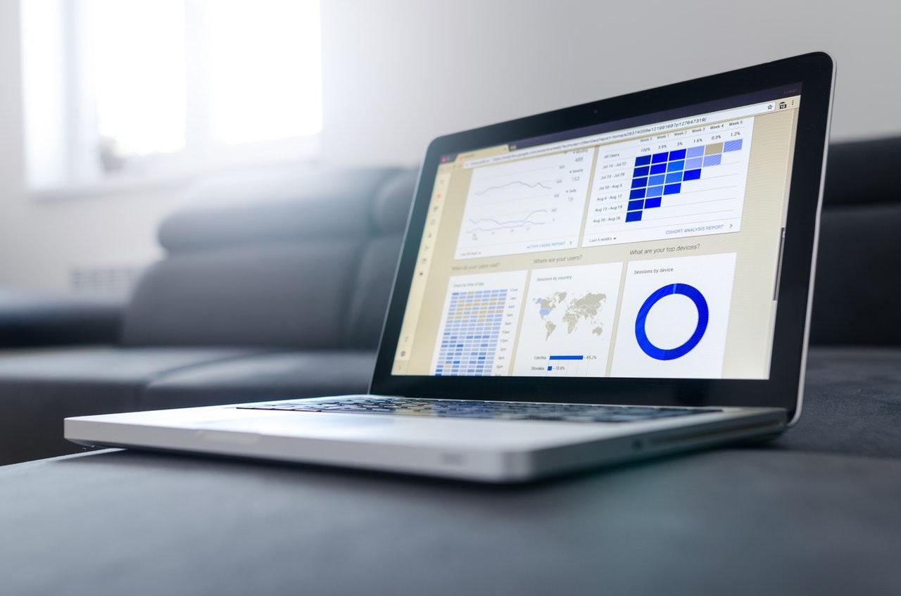 tela de laptop com gráficos