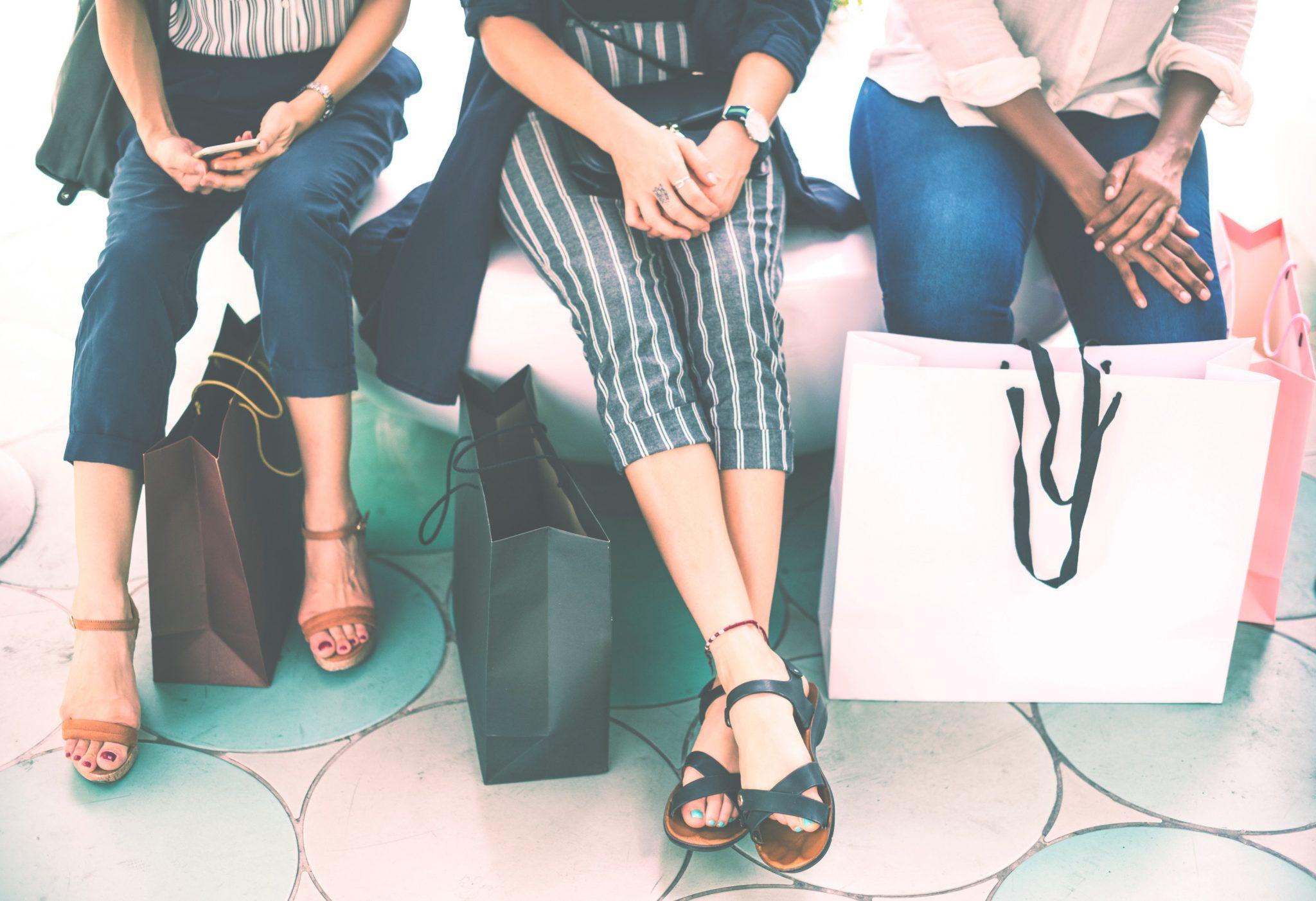 mulheres com sacolas