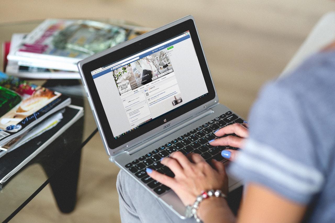 pessoa acessando facebook no computador