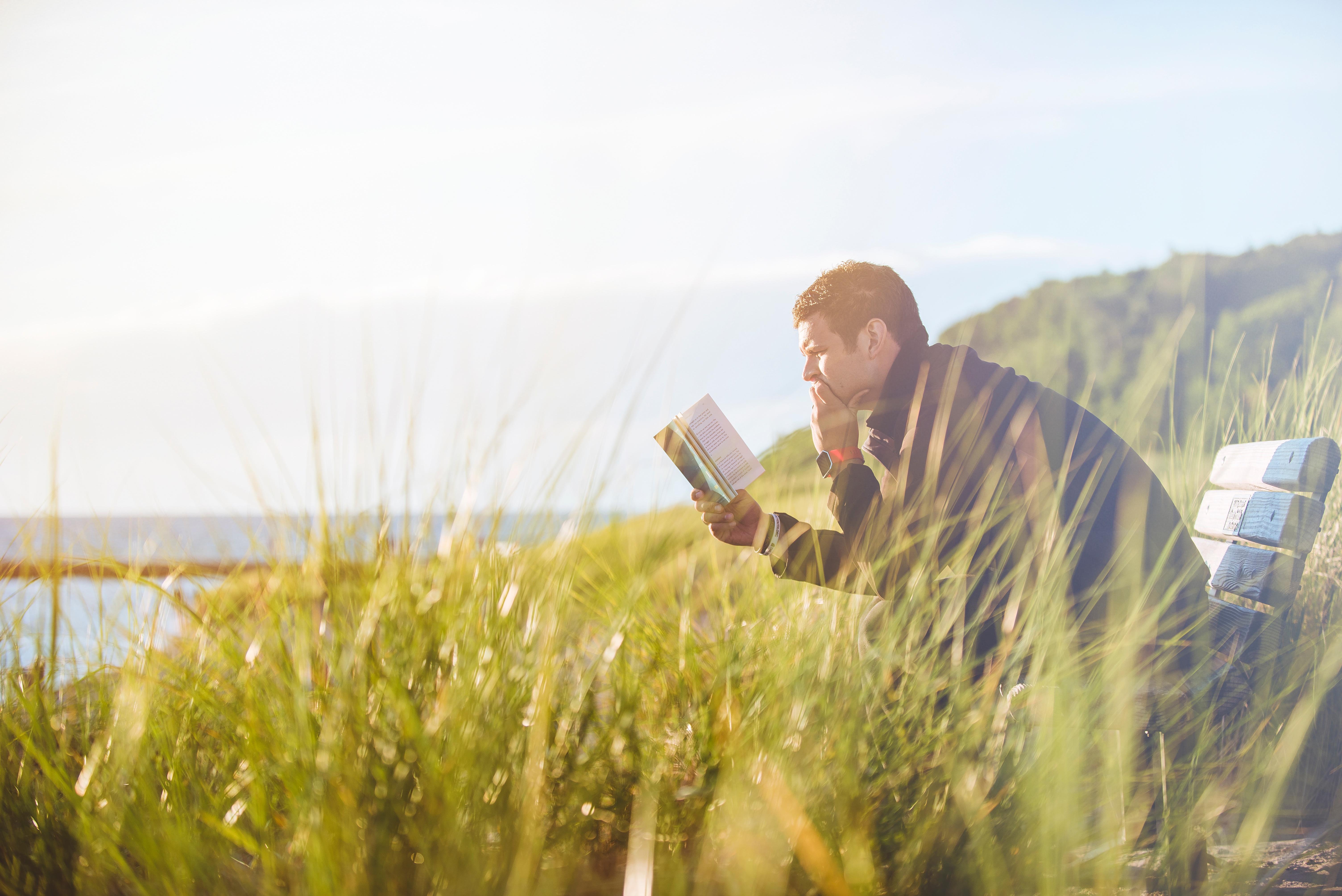 Livros para empreendedores: empreendedor sentado lendo