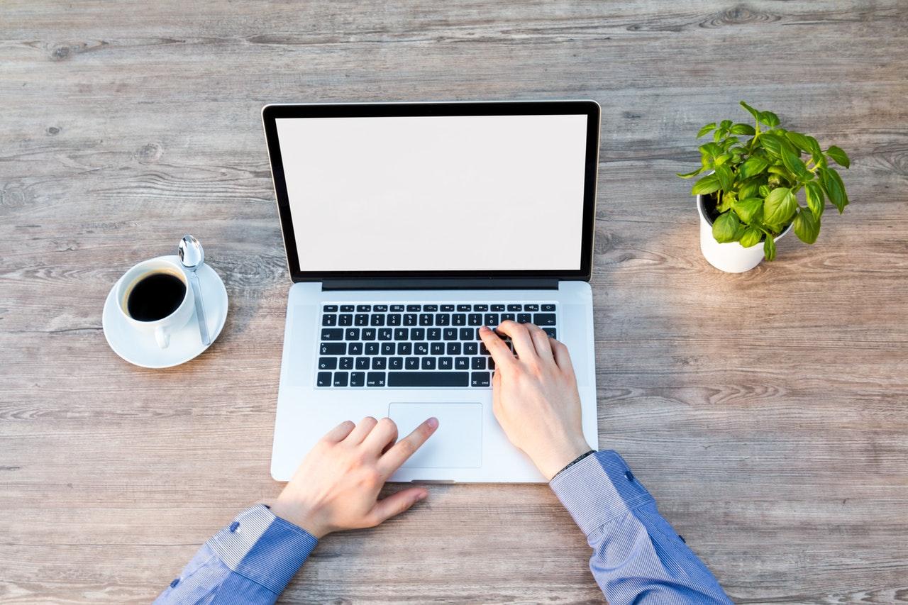 Pessoa usando notebook para criar ações e fidelizar clientes