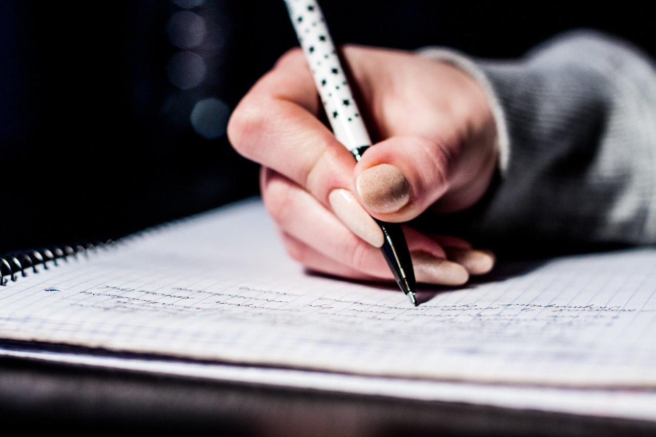 estudante escrevendo
