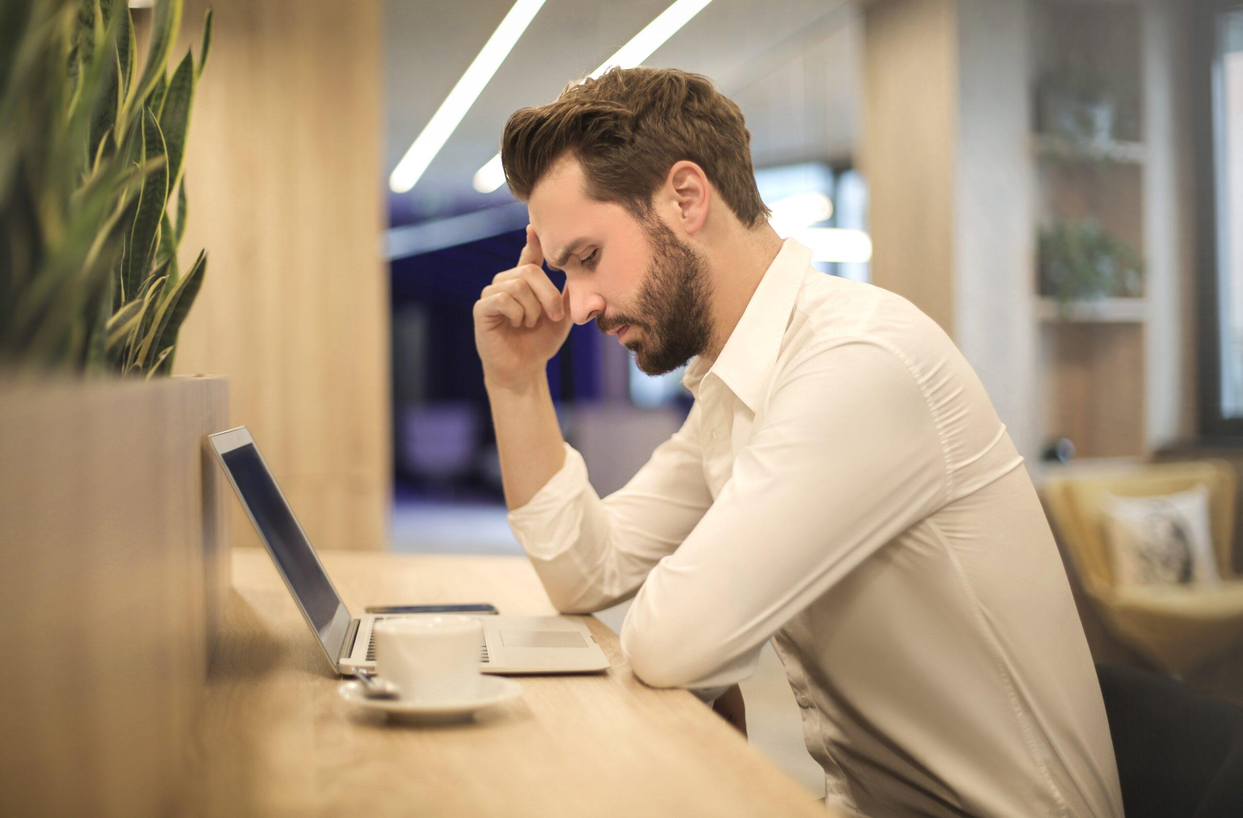 Homem lendo no laptop