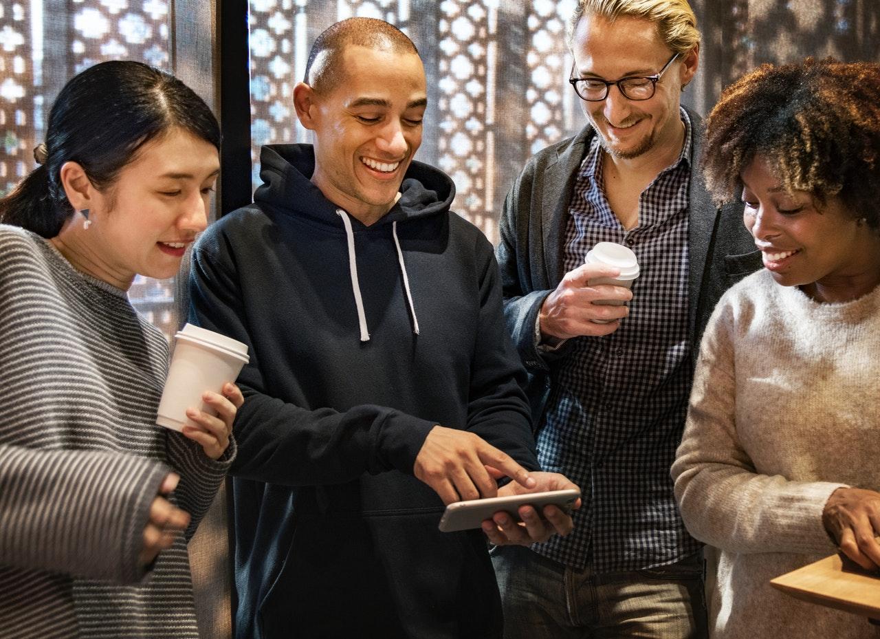 grupo de pessoas interagindo com smartphone