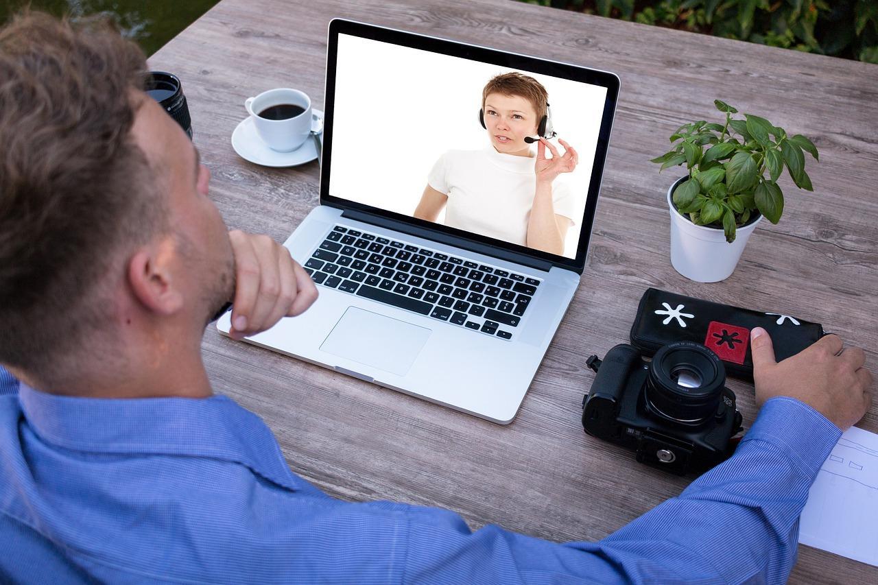 homem assistindo webinar no laptop