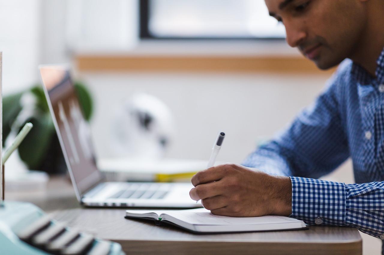 homem estudando e fazendo anotações