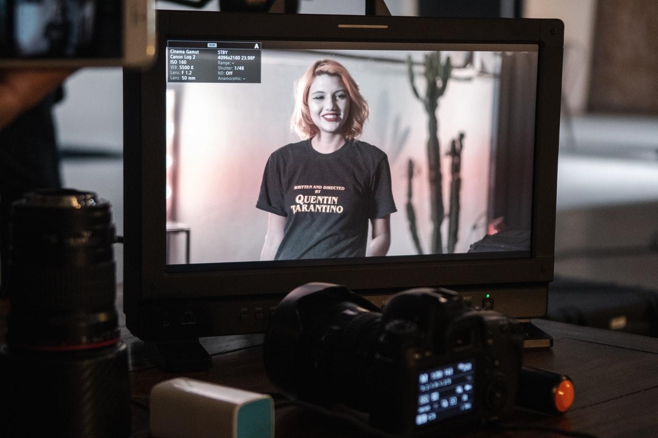 televisao mostrando mulher em processo de filmagem