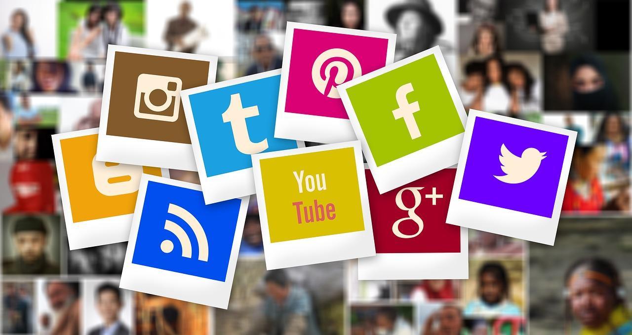 cartoes com logos de midias sociais