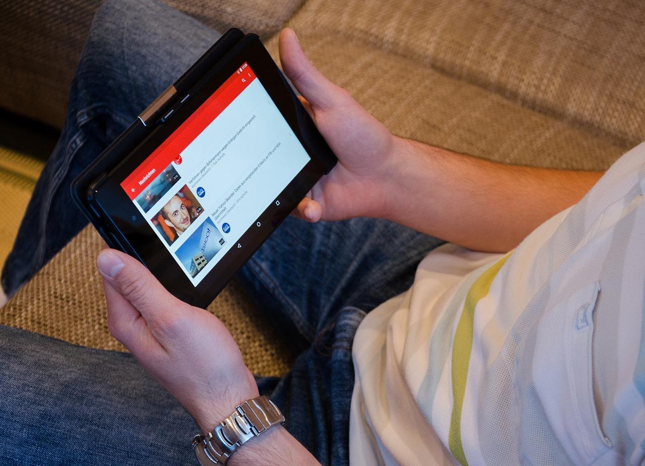pessoa acessando youtube no tablet