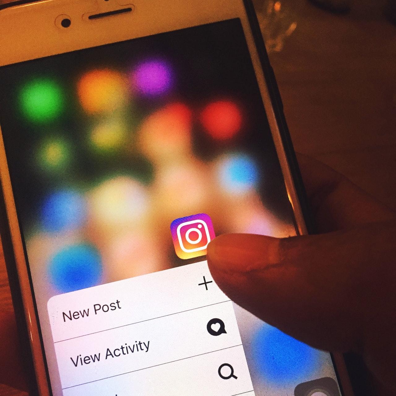 pessoa usando instagram no smartphone