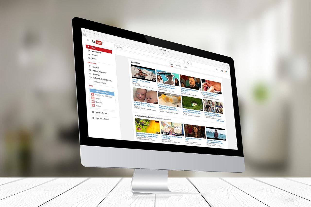 youtube aberto no monitor