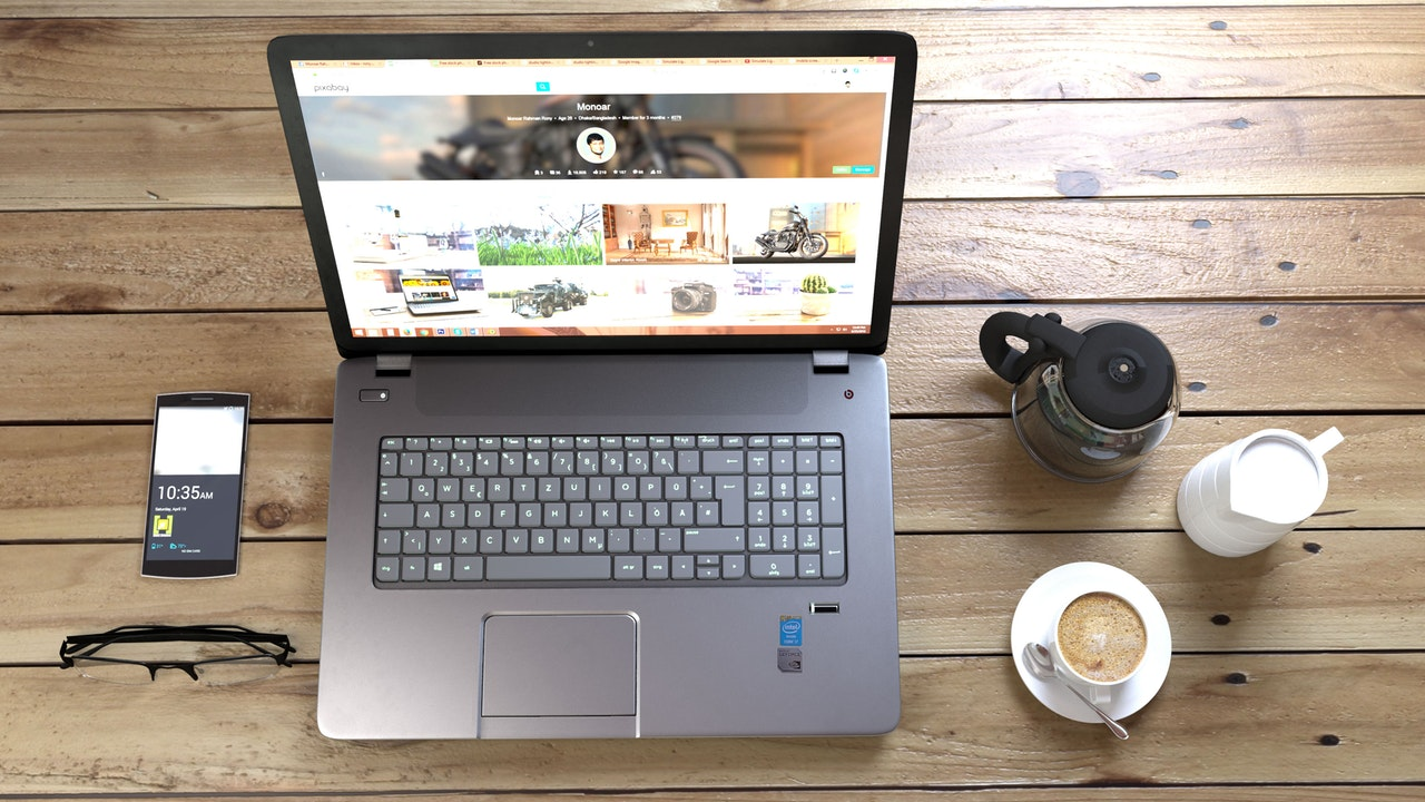 mesa com notebook smartphone e café
