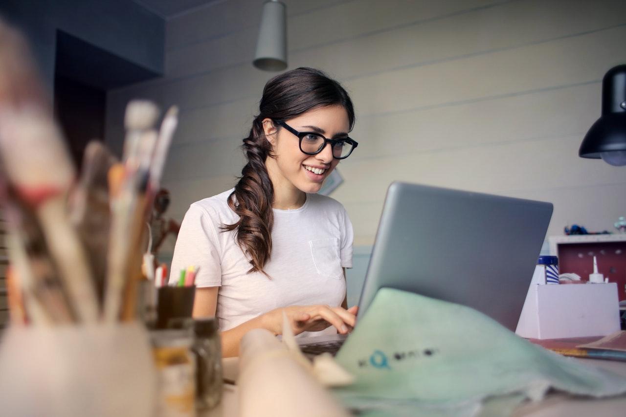 mulher usando notebook no escritorio