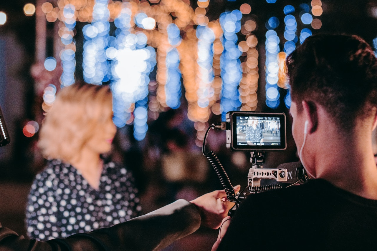 homem filmando mulher