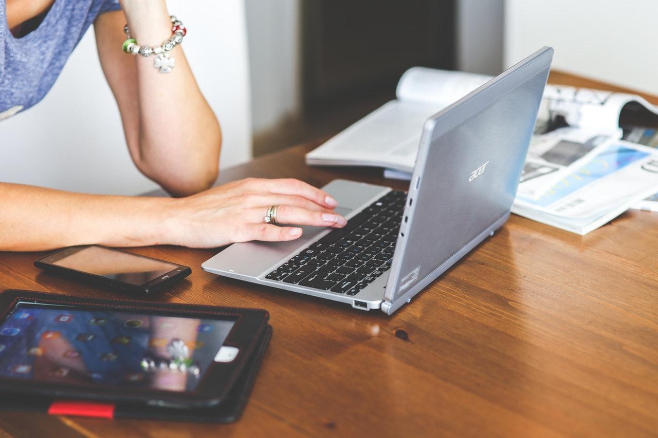 mulher usando notebook em cima de mesa