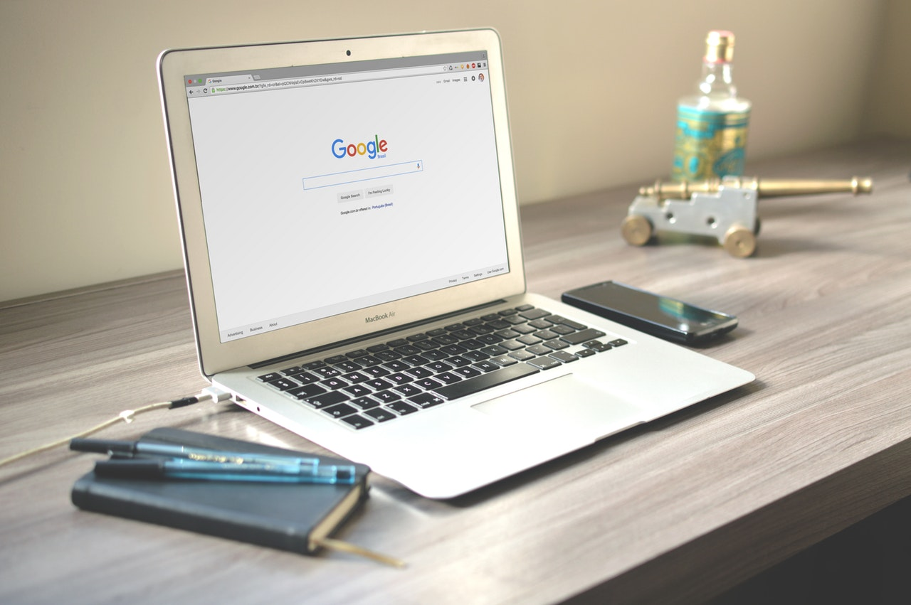 mesa de trabalho com notebook aberto no Google