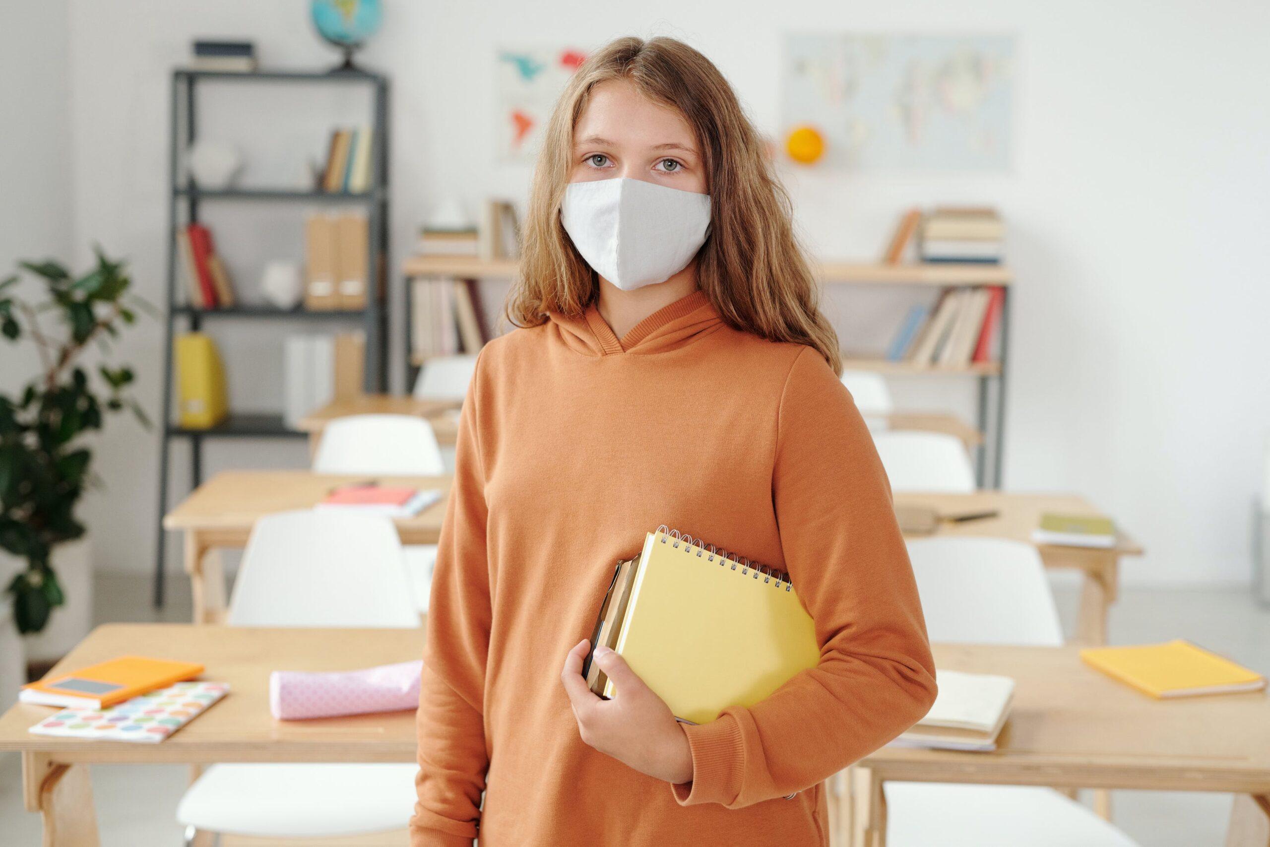 Aluna usando máscara para retorno das aulas